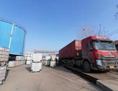 春节期间照常发货,工人坚守工作岗位。